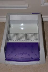 Sel-cleaning litter box with cat litter